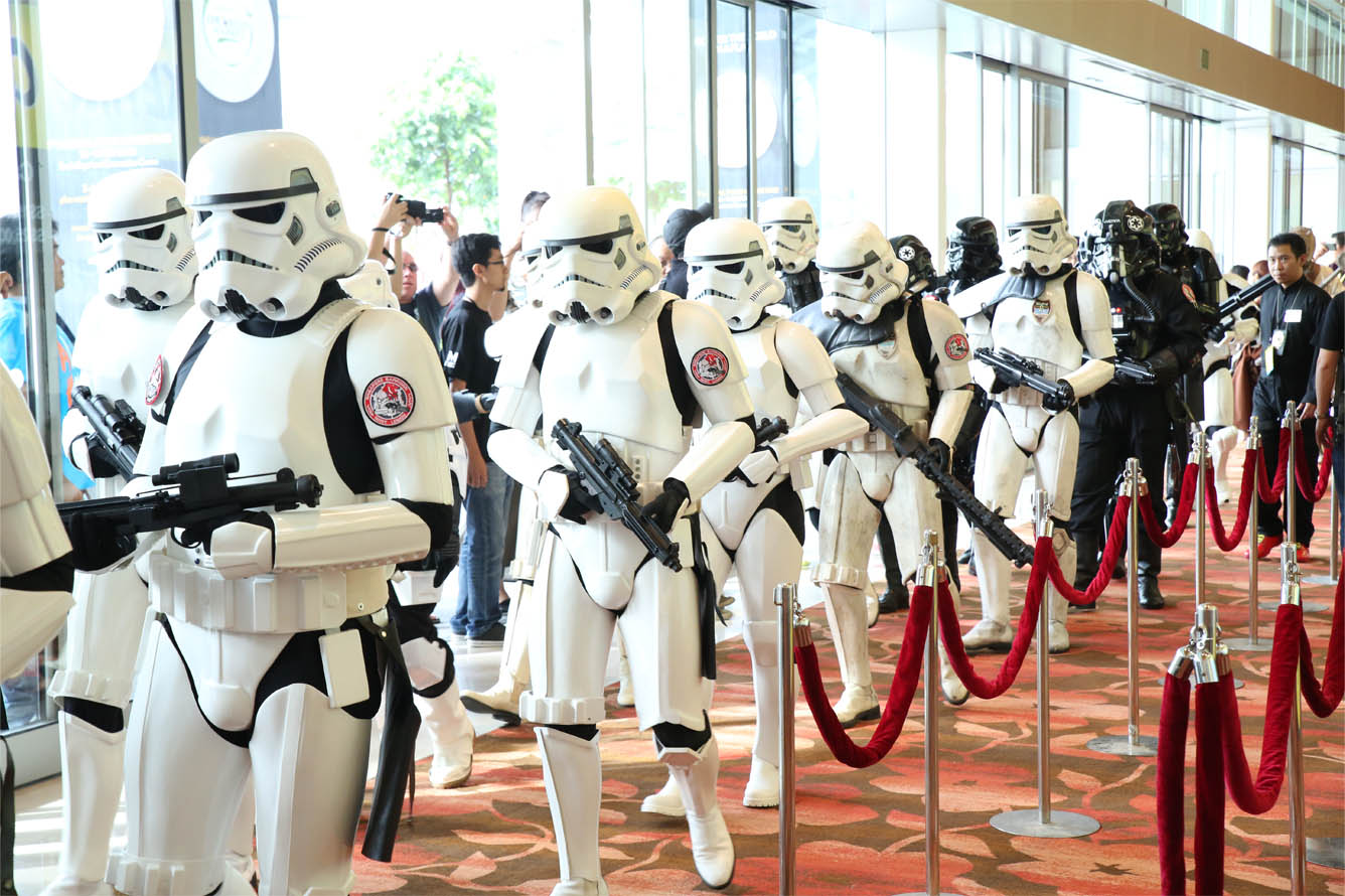 STGCC-2014-Cosplayers-Star-Wars-Stormtroopers-Darth-Vadar